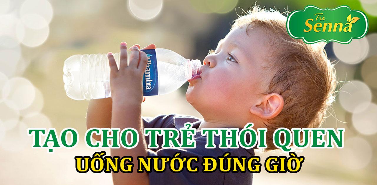 Tạo cho trẻ thói quen uống nước đúng giờ